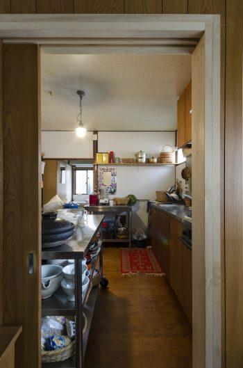 台所とダイニングの間には、リフォーム時に引き戸を設けた。
