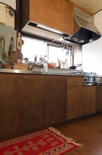 床とキッチン台の面材はシナベニヤで統一。西荻で買ったお気に入りのラグが似合う。