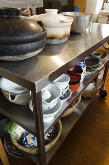業務用のワゴンは作業台としても活躍している。会津の作家さんの白磁の器などが並ぶ。
