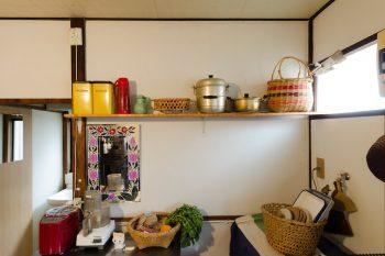 夫が取り付けた棚には、骨董屋で買ったデッドストックの鍋や、根曲がり竹で編んだカゴを並べて。
