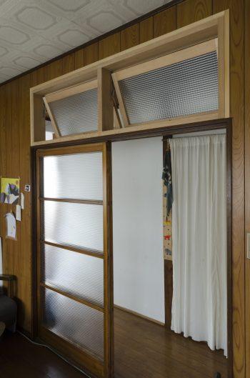 光を通すためリフォーム時に取り付けたガラスの引き戸と欄間。引き戸はサイズに合わせてカットしてもらった。