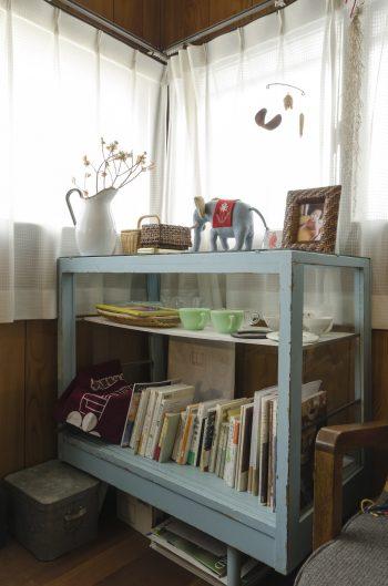 古いショーケースのような棚は骨董屋さんの友人と物々交換をして入手したもの。