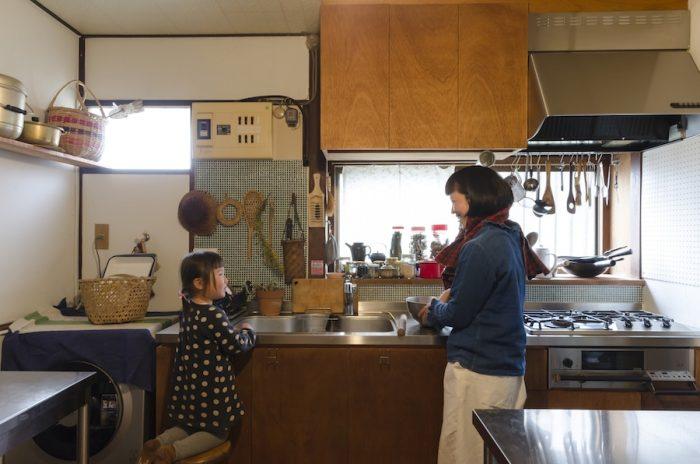 台所に立つ桂さんと葉ちゃん。北川ベーカリーhttp://kitapan.exblog.jpは店舗を持たず、メールで注文を受付けた後、自宅で引き渡すスタイルで営業。イベントなどでも月に1、2回販売、自然食品店への卸も行う。自宅で教室を開くことも。