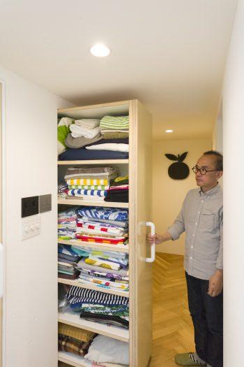 2階の廊下に面した把手を引くと、なんと収納庫が現れる。『マリメッコ』の布やベッドカバーなどのリネン類を収納している。