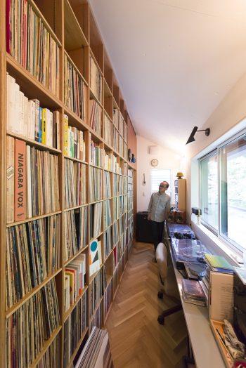 学生時代から集めているというレコードの数は約8000枚。CDも奥の引き戸の棚にぎっしり収められている。