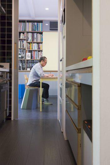 1階は回遊できる設計になっている。キッチンを抜けて打ち合わせスペースに行くことができる。