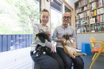 愛護団体から預かっている子犬を愛情いっぱい育てている設計事務所imaの小林夫妻。「事務所兼自宅は誰かしら人がいるので、子犬の面倒を見るのには恵まれた環境です」