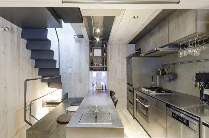 スケール感が絶妙で、かつ無駄に余ったような空間がまったくない。「デッドスペースが極力ない空間にしたかった」(元松さん)という。正面の開口上の小さなスペースも活用して棚を設置している。