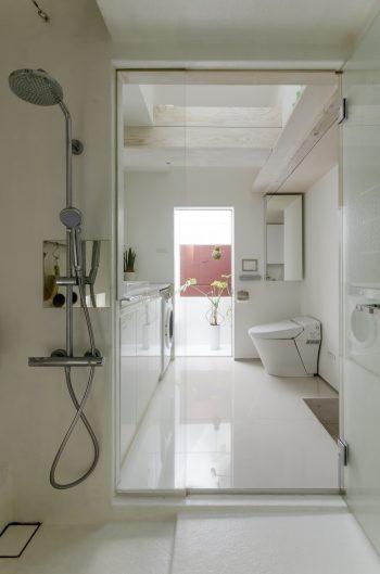 手前から浴室、洗面室、バルコニー。浴室から外部へと気持ちよく視線が抜けていく。