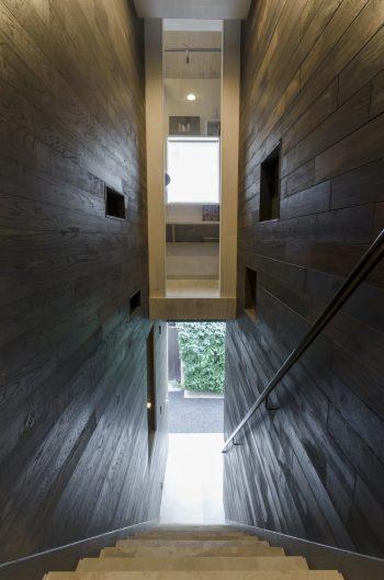 階段からはLDKへといたる廊下が見える。