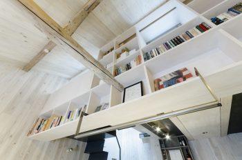 LDK上部につくられた書棚。梁はリノベ―ションであることを示す唯一の部材。