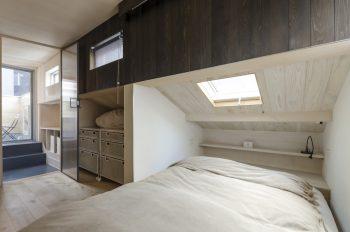 ベッドの上には佳子さんの希望で天窓が設置された。