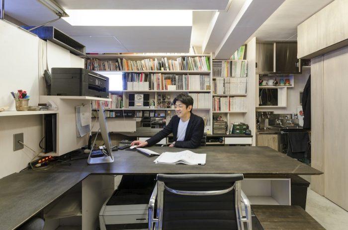 「趣味が仕事になった感じなので事務所のスペースが自分の部屋のような感じ」だという元松さん。テーブルは24mmのシナベニヤのエッジに薄く見えるよう角度をつけている。
