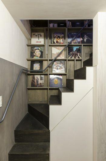 事務所から2階のLDKへ向かう途中の壁にはレコードが飾られている。これもスペースの有効利用だ。