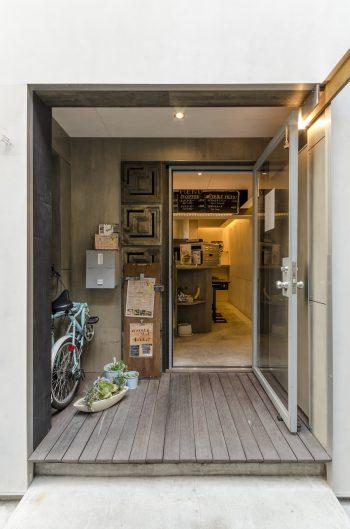 1階奥で営業しているスムージー屋さん。こちらの設計と内装も元松さんが手がけた。
