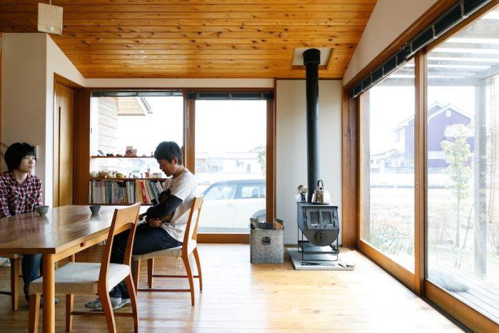 薪ストーブは長野県のモキ製作所のもの。「値段は安いんですが、性能はすごくいいと思います」と俊太郎さん。