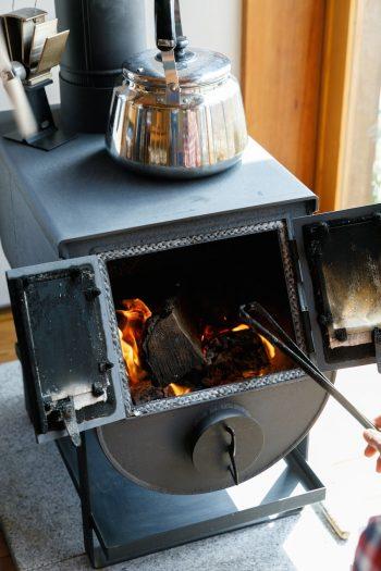 燃焼効率がとても良く気に入っているが、ストーブの構造上長い薪が入らないのだそう。「もう1サイズ大きなストーブの方がよかったかも」(俊太郎さん)。