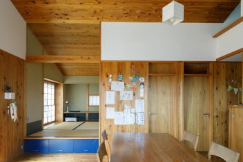 LDから和室方向を見る。和室部分の垂れ壁がガラスになっているため、視線が通る。