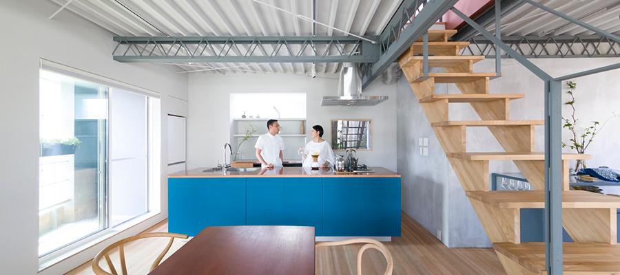 実験的な試みも満載キッチンから思いを発信する坂の上の開かれた家