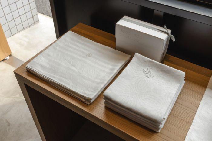 上質なリネンのキッチンクロスはワンポイントの刺繍入り。各5,250円。