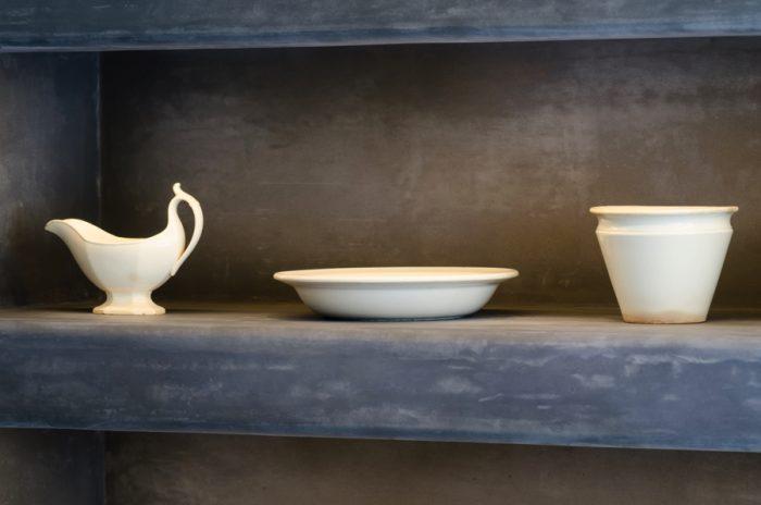 平皿だけでなく、高さのある器や大皿、カレーのソースポットなども。置いてあるだけでも独特の存在感を放つ。