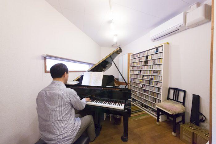 三角形の部屋の形状に、グランドピアノがすっぽりおさまっている。優れた防音性能により、「夜遅くても、心置きなくピアノが弾けます」(ご主人)。