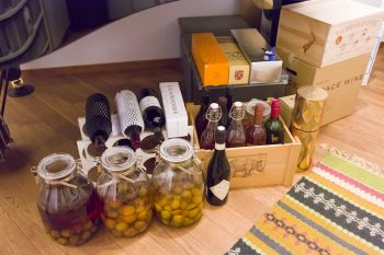 梅酒を作るのが趣味というご主人。焼酎やブランデー、ウィスキーなどで漬けた梅酒が所々に並んでいる。