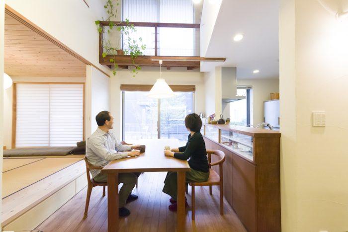 """サクラの一枚板のダイニングテーブルやイスは""""家具蔵""""のもの。自然素材の家によく似合う。"""