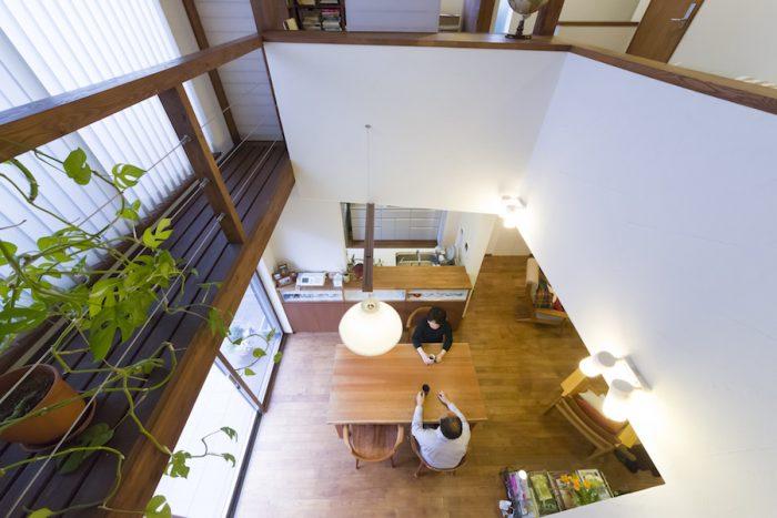 2階の寝室から1階を見下ろす。左側の幅広のキャットウォークは、夏の日除け効果もある。