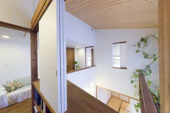 """書斎から1階を見下ろす。和室と書斎は、両面に障子紙を張った""""太鼓張り""""を採用。"""