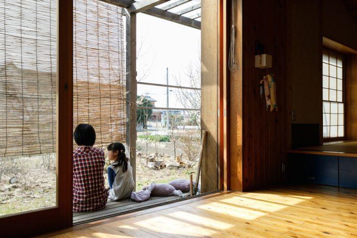 LDKの窓際には、腰掛けておしゃべりをしたり、農機具や作物の一時置き場としても便利な縁側がある。