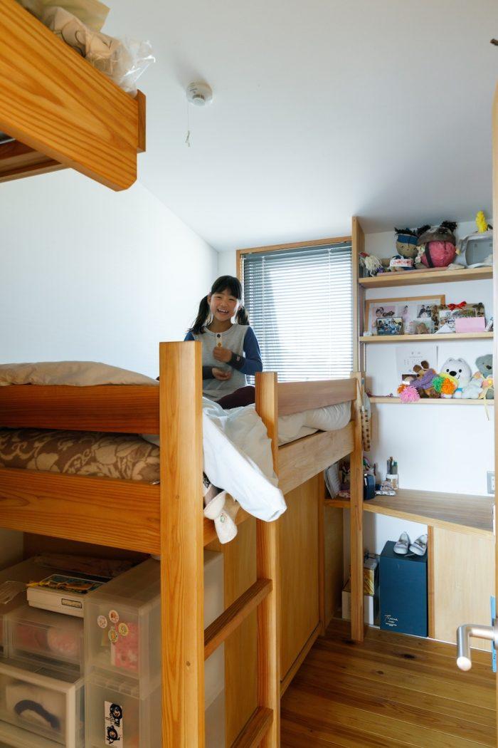 琴乃さんの部屋。ベッドや収納を造作し、コンパクトながらすっきりとした空間に。