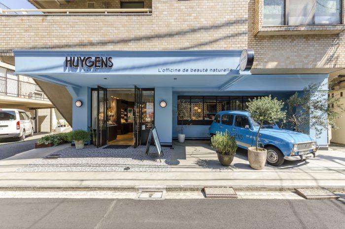 店名の由来は、オランダの物理学者「ホイヘンス」から。鮮やかな「テンプルブルー」の外壁が目印だ。