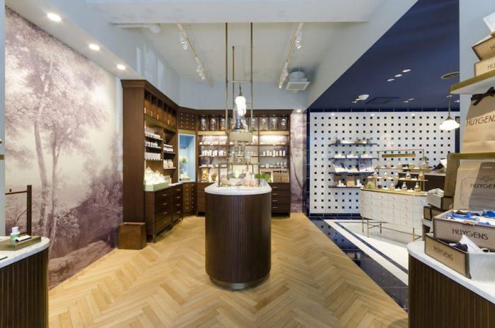 高級感のあるヘリンボーンの床とウッディな什器を配した空間、タイルを敷き詰めたクリーンな空間が融合した店内。