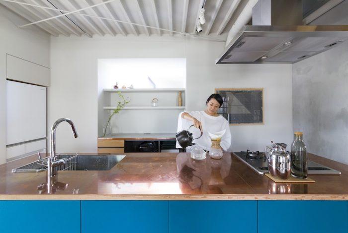 キッチンでコーヒーを淹れる奈香さん。カフェのように洗練された心地よい場所。