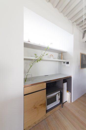 すっきりとしてデザイン性に富んだ収納棚は、ここがキッチンとは思えない佇まい。