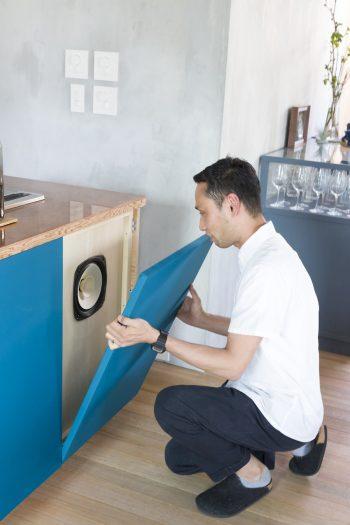 サランネットというメッシュのパネルを外すと、スピーカーが現れる。キッチンから音楽が流れるという発想が心にくい。