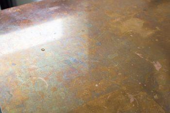 あえて加工しなかった銅の天板。腐食していく変化が味わいに。