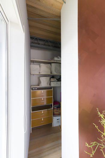 銅粉の仕切りの奥はクローゼット。閉じた空間にされていないせいか、奥行きを感じさせる。
