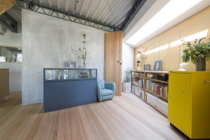 2階LDKの一角にある、長男の遊び場になっているスペースは、温かみのあるイエローに塗装。ブルーの棚はインテリアショップの什器にペンキを塗ったもの。