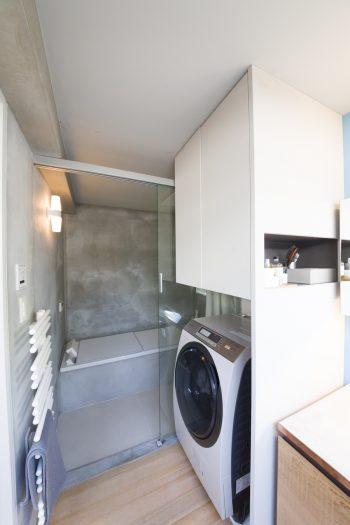 モルタルの空間にデュラビットのバスタブがモダンなバスルーム。「プロダクトが引き立つモノトーン空間を目指しました」。