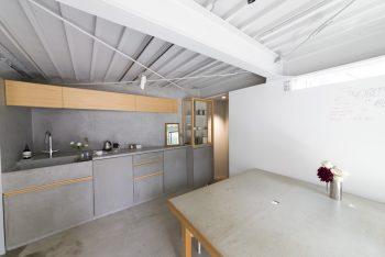 1階の設計事所Puddle  http://puddle.co.jpの一角。京都の「% ARABICA」、鎌倉や蔵前の「DANDELION CHOCOLATE」などの設計を手がける。