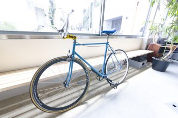 ブルーの自転車は匡毅さんのもの。近所をサイクリングするのが楽しみだとか。