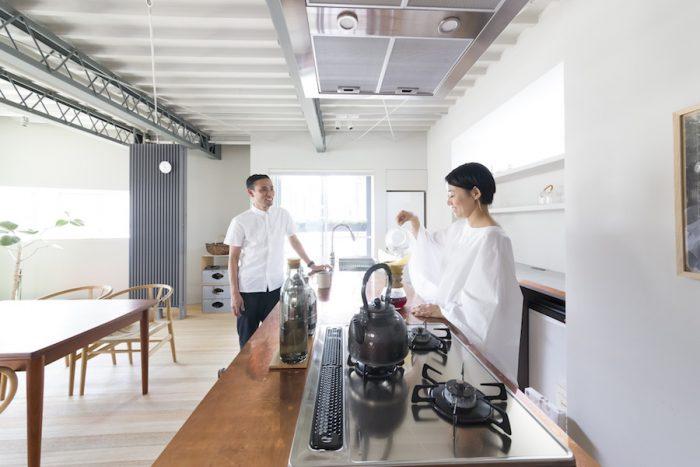 加藤匡毅さんと奈香さん。ハンドドリップでコーヒーを淹れる時間を楽しむ。