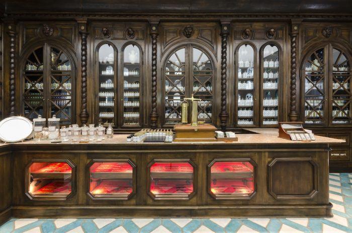巨大な陳列棚は、伝統的な技術を持つフランスの宮大工によって作られている。現在この意匠を手がけられるのは、フランス国内に数えられる程度の職人しか残っていないという。