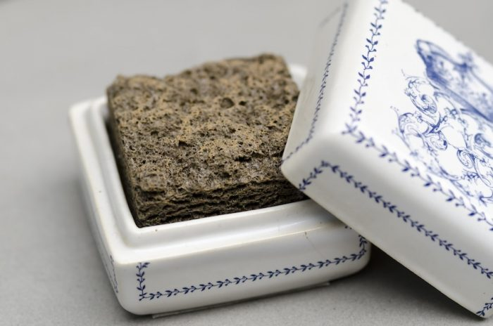 素焼きの土器から着想を得て作られたアラバストルは、置いておくだけでほのかに香るルームフレグランス。香りは全7種類。