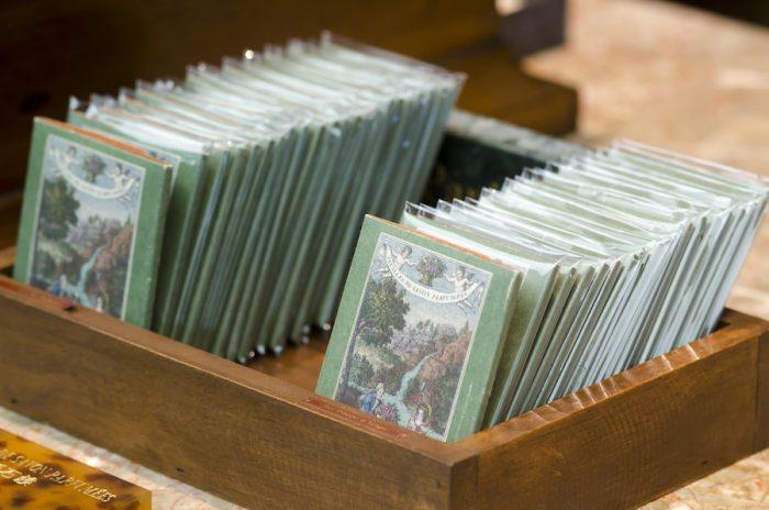 日本で先行発売中のフゥイユ・ドゥ・サヴォン(紙ソープ)。ローズ・ド・ダマス、リケン・デコス・フルール、ドランジェ・ドゥ・ペルカンヌの3種類がある。