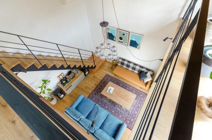 2階から1階のリビングを見下ろす。青いソファは、この家のためにデザインされ、同時に商品化もされたもの。このほか、鈴木邸の家具はそのほとんどがMANUALgraph製もしくはプロデュースによるもの。
