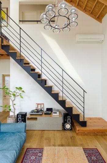 「ほどよい感じのインダストリアル感」がほしいという鈴木さんのリクエストから、スチール材を階段と手摺りに使用。