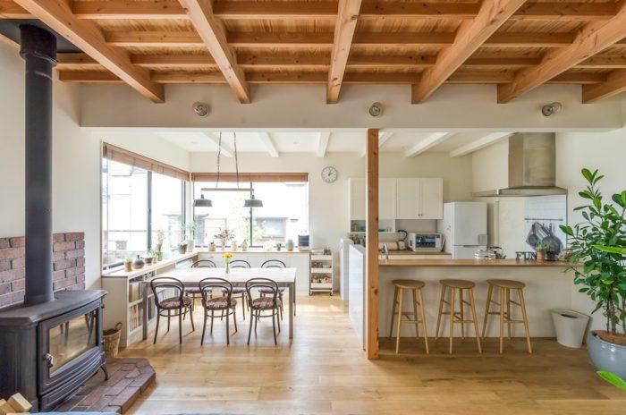 1階のダイニングとキッチンを見る。洗練さと同時にどこか温かみと落ちつきも感じられるシンプル空間。